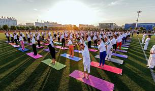 La India alberga el principal evento mundial por el Día del Yoga, aunque se celebra en diversos lugares de todo el mundo