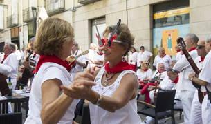 Música, bailes y ambiente en los sanfermines.