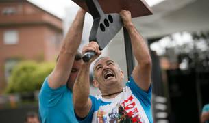 Los competidores levantaron un yunque de 19 kilos.