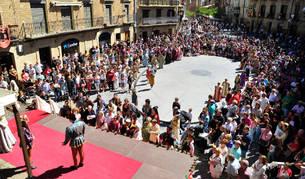La plaza de Carlos III El Noble, a rebosar ayer durante la representación teatral en el último día de las fiestas medievales de Olite.