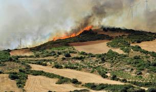 Los vecinos de Pueyo miran el incendio con impotencia desde la ermita de Santiago.