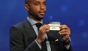 Thierry Henry muestra la papeleta con el nombre del Manchester City, rival del Barcelona en el grupo C.