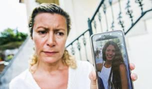 La madre de Diana Quer con una foto de su hija desaparecida.