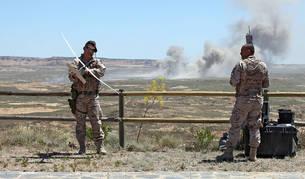 Dos militares preparan un dron justo después de que una bomba impactara en el polígono de tiro en la Operación Tormenta del año pasado.