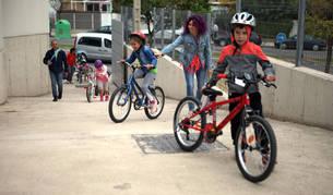 Varios niños llegan en bicicleta al colegio público Huertas Mayores de Tudela.