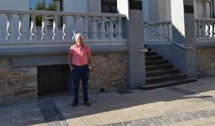 José Ángel Remírez San Millán, ante la fachada del casino.
