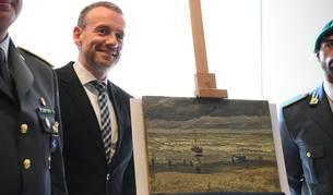 """El director del museo Van Gogh, permanece junto a una de las pinturas del artista Vincent Van Gogh """"Vista de la playa de Scheveningen"""""""