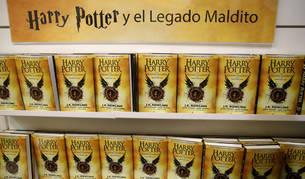 Imagen de ejemplares de 'Harry Potter y el legado maldito', octavo libro de la saga.
