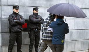 Uno de los dos jóvenes detenidos en Alsasua llega a declarar al Palacio de Justicia de Navarra.