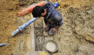Un arqueólogo trabaja ayer por la mañana en la limpieza de los restos hallados en la plaza Mayor de Ujué durante unas obras.