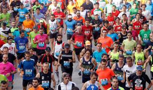 Momento de la salida del maratón y medio maratón del pasado año desde la céntrica Plaza del Castillo. Este año ese lugar volverá a ser referente.