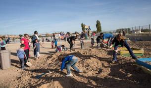 Alumnos, padres y profesores trabajan juntos en la preparación del huerto ecológico.