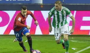 Bereguer persigue el balón en presencia de Joaquín durante el Osasuna-Betis