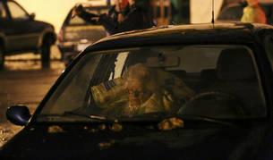 Foto de una mujer durmiendo en el interior de un coche después de los seísmos que sacudieron la ciudad de Ussita, Italia.
