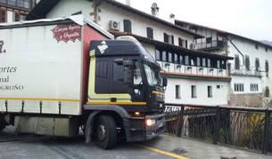El camión atascado en un puente de Elizondo.
