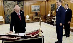 El nuevo fiscal general del Estado, José Manuel Maza (i), ha prometido su cargo ante el Rey Felipe VI.