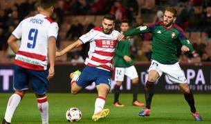 Fausto Tienza intenta frenar a un jugador del Granada.