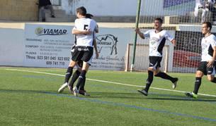 Los jugadores del Tudelano se abrazan después de anotar un gol ante el Guijuelo.