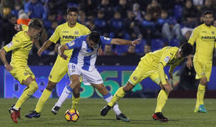Gabriel Pires (c) con el balón ante la defensa del Villarreal