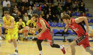 Adrián Fuentes dirige un contraataque del Basket Navarra en el partido de ayer disputado en O Pombal.