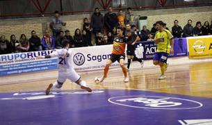 Ferrán intenta picar el balón ante la salida del meta de Gran Canaria en el partido del sábado.