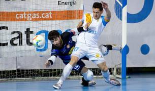 Molina pugna con un balón con el jugador local Rafa López en el partido de ayer.