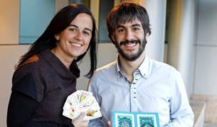 Laura Moreno Eguinoa y Javier Sánchez Ruiz de Gordoa, autores de la guía de cartas 'Encartados', en las manos de él.