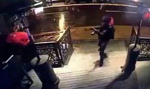 Captura de vídeo del hombre armado entrando en la discoteca de Estambul.