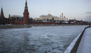 Vista general del Kremlin con la superficie del río Volga cubierta por el hielo, en Moscú.