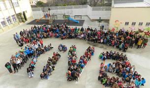 Imagen de los alumnos del centro formaron la palabra KiVa durante la presentación oficial del programa con todo el alumnado.