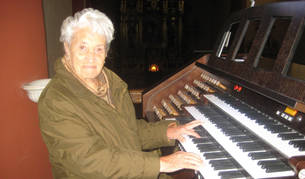 Paquita Eraso Olaechea, con sus manos posadas sobre el órgano.