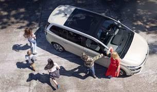 TECHO ACRISTALADO PANORÁMICO.  La luminosidad dentro del vehículo es una de sus virtudes. Tres niños con sus sillas encajan perfectamente en las plazas traseras.