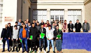 Los alumnos junto con los representantes municipales y de la escuela en el acto de clausura.