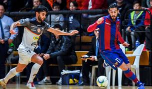 El jugador del Aspil-Vidal Rubi presiona a Emilio Buendía, pívot del Levante, en el partido de ayer.