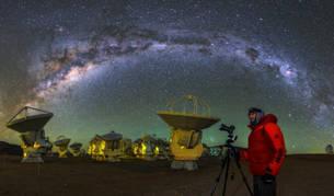 Un científico del observatorio Alma analiza el universo.