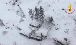 Recuperan un primer cadáver en el hotel de Los Abruzzos sepultado tras el alud en Italia