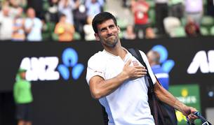 Imagen del tenista serbio Novak Djokovic se despide de los aficionados tras ser derrotado por el uzbeko Denis Istomin en su partido de segunda ronda del Abierto de tenis de Australia en Melbourne