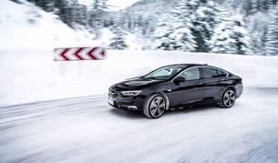 Con nieve y hielo, se debe circular con precaución. Se recomienda rodar con marchas largas, aumentar la distancia de seguridad y no abusar del freno.