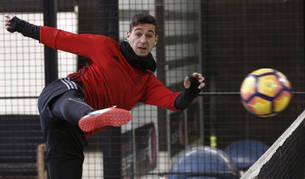 Sergio León golpea un balón durante la sesión de fútbol-tenis celebrada hoy en Mutilva