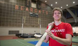 Adrián Vallés logró con 5,52m el récord navarro y el de la Universidad de Cincinnati.