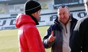Clarkson charla con el que será su segundo, Valencia, durante un entrenamiento del Tudelano