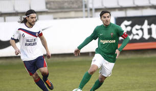 El capitán de la Mutilvera, Juan Luis Cisneros, trata de robar el balón a su rival del Racing de Ferrol durante el partido de ayer.
