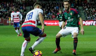 Torres presiona a un rival del Granada durante el último encuentro de Liga