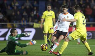 El centrocampista argentino deel Valencia Enzo Pérez trata de llegar a un balón ante Mario Gaspar y el portero Sergio Asenjo.