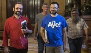 Los diputados de la CUP, Benet Salellas y Albert Botran, seguidos de sus compañeros Sergi Saladié y Joan Garriga.