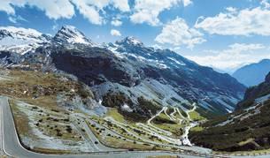 Son los diez trazados más espectaculares del mundo, diez carreteras para los amantes del motor y también del turismo. Curvas cerradas, cadenas montañosas, afilados desfiladeros, puentes entre pequeñas islas. Todas son un regalo de sensaciones y belleza