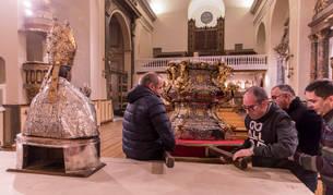 Imagen de los operarios trabajando ayer en el traslado del santo de su capilla a San Lorenzo.
