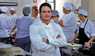 Álex Aceña Blanco se está formando en las cocinas del Centro Integrado de Burlada.
