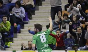 Imagen del ala del Magna Gurpea Xota, Roberto Martil, celebra su gol, el primero que el equipo marcó el martes ante el Aspil Vidal, en el derbi navarro que los locales ganaron.