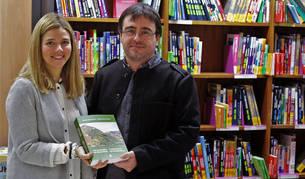 Foto de Virginia Pascual López y Pablo M. Orduna Portús, autores de la 'Guía etnobotánica del Valle de Roncal', en la presentación de ayer.